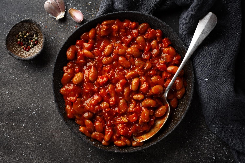 Stufato di fagioli e bacon cotto al barbecue. La ricetta americana.