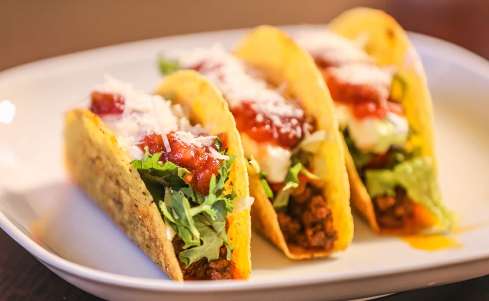 Tacos di carne con salsa pico de gallo al barbecue